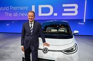 Herbert Diess, consejero delegado de Grupo Volkswagen junto al Volkswagen ID.3.