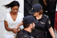 Ana Julia Quezada, custodiada por la Policía Nacional, a su salida ayer de la Audiencia Provincial de Almería.