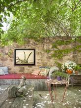 Mesa de hierro adquirida en Francia, cuadro de cactus y escultura de...