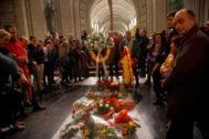 Numerosos melancólicos y simpatizantes se acercan a la tumba de Francisco Franco, situada en el Valle de los caídos.
