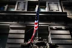 Bandera norteamericana en un edificio de Nueva York.