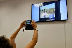 Una periodista fotografía la pantalla en la que se ve la declaración de la hija.