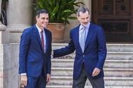 Pedro Sánchez, presidente del gobierno en funciones, con el Rey Felipe VI en agosto en el palacio de Marivent.