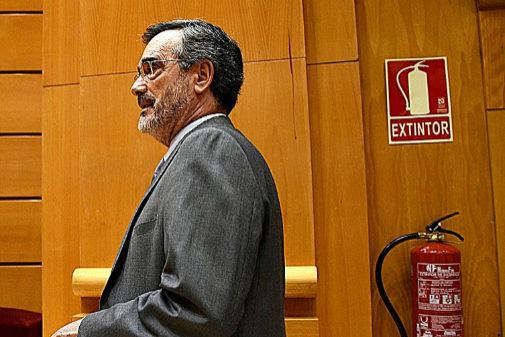 El presidente del Senado, Manuel Cruz, ayer en los pasillos de la...