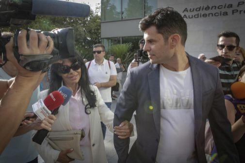 Javier Sánchez y su madre, María Edite Santos, durante el juicio por la demanda de paternidad.
