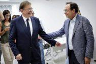 El presidente de la Generalitat, Ximo Puig, saluda al conseller de Hacienda, Vicent Soler.