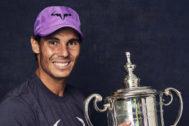 Nadal posa con el trofeo conquistado en el US Open.