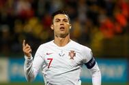Cristiano Ronaldo celebra uno de sus tres goles a Lituania.