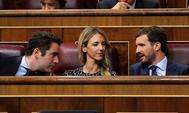 Teodoro García Egea, Cayetana Álvarez de Toledo y Pablo Casado, en sus escaños del Congreso.