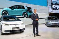 Herbert Diess, consejero delegado del Grupo VW, ante el ID.3 100% eléctrico.