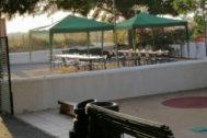 Las carpas provisionales instaladas el lunes en el patio del centro educativo.