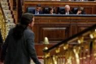 Pablo Iglesias abandona la tribuna ante la bancada del Gobierno.