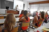Una profesora imparte su clase en un colegio de Alicante.
