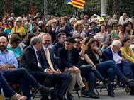 Jaume Asens (con gorra) habla con Quim Torra en el acto en favor de los presos independentistas.