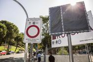 Una de las pantallas que informarán de las plazas de aparcamiento libres en Madrid Central.