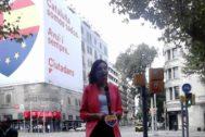 Imagen de Roldán junto a la pancarta colocada con motivo de la Diada en la Diagonal