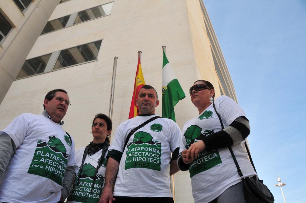 Un grupo de personas protesta contra los deshacios en la Junata de Andalucía.
