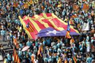 Manifestación independentista en el día de Cataluña, celebrado cada 11 de septiembre. En la imagen, manifestantes separatistas marchan con sus <em>senyeras esteladas</em>, bandera simbólica de los independentistas catalanes.