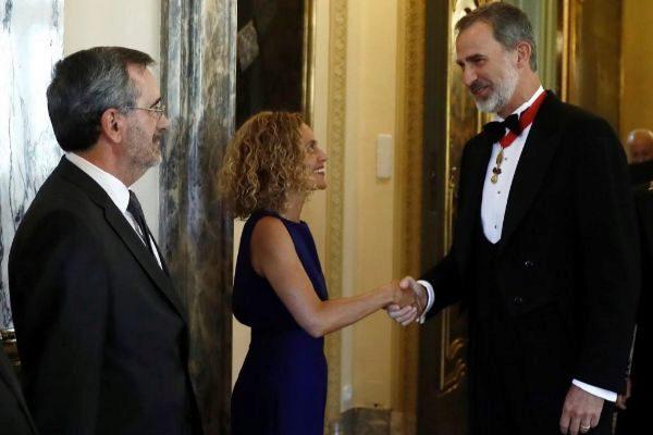 El Rey Felipe VI saluda a Meritxell Batet durante el acto de apertura...