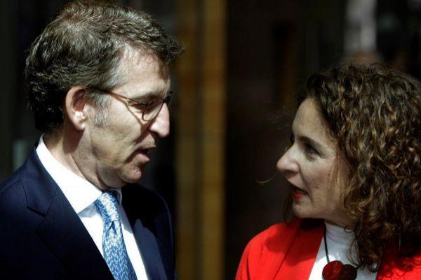 Alberto Núñez Feijóo con la ministra de Hacienda en funciones,...