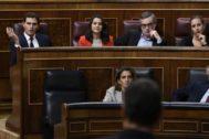 Albert Rivera e Inés Arrimadas reaccionan a la intervención de Pedro Sánchez este miércoles en el Congreso.