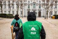 Un miembro de la PAH frente al Tribunal Supremo en Madrid.