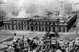 Soldados del Ejército chileno observan el bombardeo delPalacio de La Moneda, el 11 de septiembre de 1973.