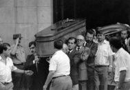 El féretro con los restos mortales de la fiscal Carmen Tagle, asesinada por ETA, a su salida del Palacio de Justicia en 1989.