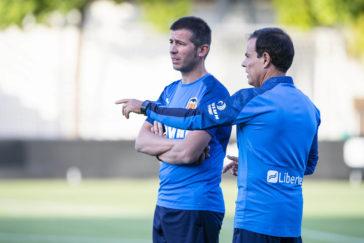 Albert Celades, junto a su ayudante, en su primer entrenamiento en la Ciudad Deportiva de Paterna.