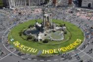 Manifestantes separatistas llegando a la Plaza de España de Barcelona durante la Diada.