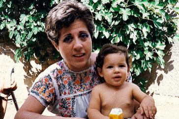 Carmen Tagle, con uno de sus sobrinos, en agosto de 1989, un mes antes de ser asesinada por ETA.