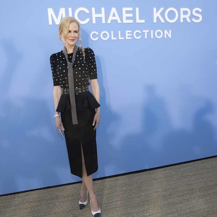 La actriz apostó por un elegante conjunto de top con aplicaciones...