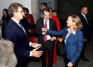 Alberto Núñez Feijóo saluda a la ministra de Economía en Funciones, Nadia Calviño, en presencia del alcalde de Vigo, Abel Caballero.