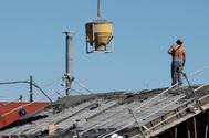 Un albañil, en un tejado durante un obra en Valencia.