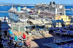 Cruceros amarrados en el puerto de Palma vistos desde la terraza de un hotel.