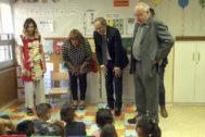 Torra y Bargalló, esta mañana, en una escuela de Cornellà.