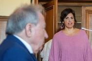 Teresa Rodríguez entra en la sala del juicio, con el empresario en el banquillo de los acusados.