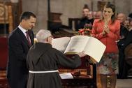 Los entonces Príncipes de Asturias entregan el premio Príncipe de Viana de la Cultura 2014, máximo galardón cultural de Navarra, al historiador capuchino Tarsicio de Azcona, en el monasterio navarro de Leyre