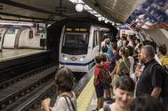 Un andén abarrotado en el metro de Madrid, este verano.