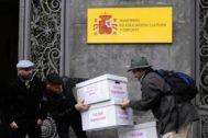 Miembros de la plataforma Change.org entregan 145.000 firmas frente al Ministerio de Educación.