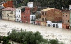 El río se desborda en Ontinyent y Orihuela queda aislada