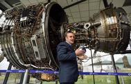 El director general de ITP Aereo Carlos Alzola con uno de los motores con componentes de la planta de Zamudio.