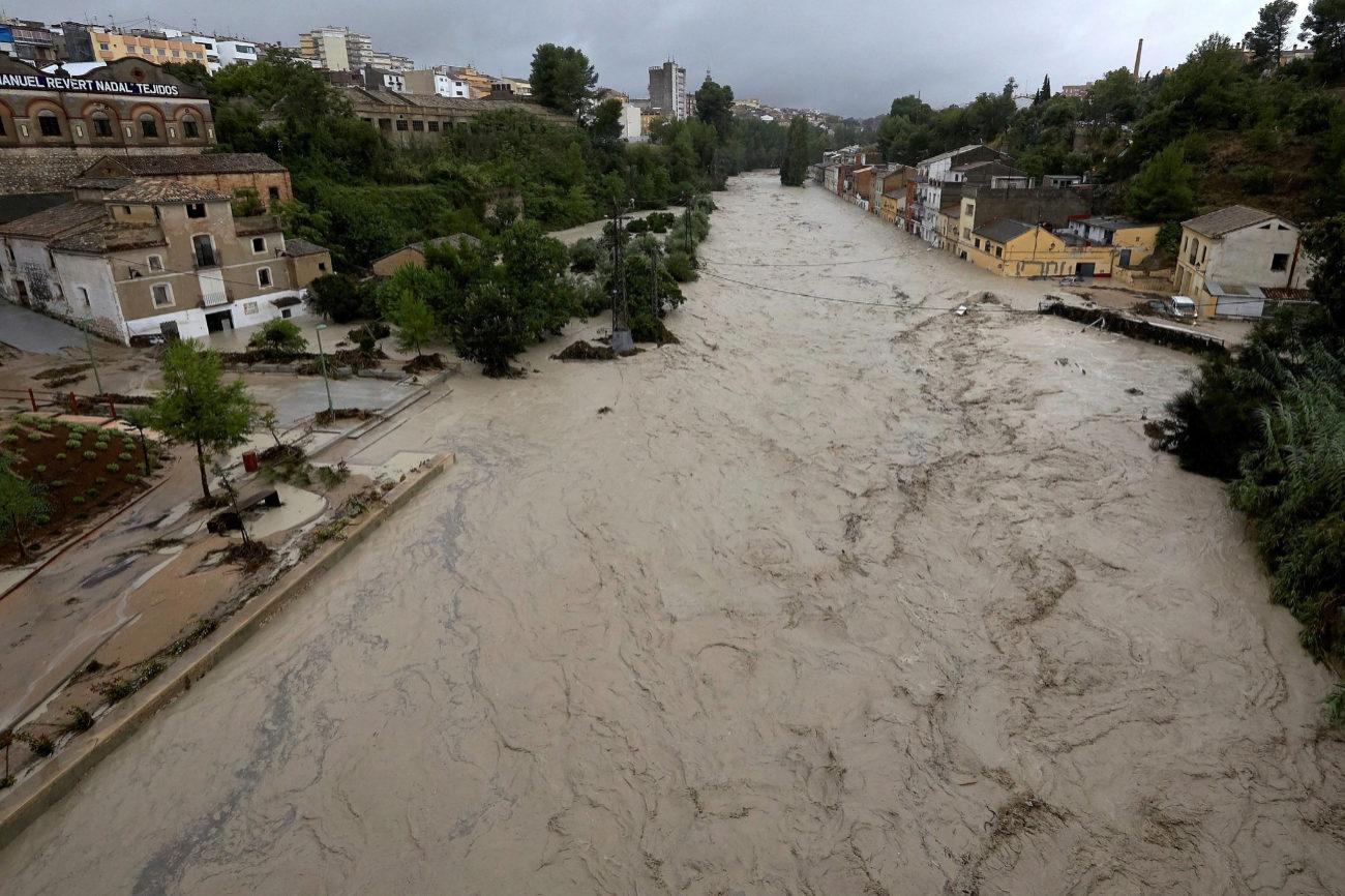 Vista del río Clariano que se ha desbordado este jueves a su paso por Ontinyent (Valencia) tras las fuertes lluvias registradas durante la noche. La localidad valenciana alcanza 297 l/m2 en 24 horas, su registro más alto del último siglo.