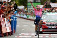 Sergio Higuita celebra el triunfo en la meta de Becerril.