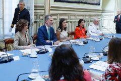 Los Reyes de España presiden en Sevilla la reunión de la comisión nacional del V centenario de la primera vuelta al mundo.