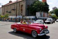 """AME6042. LA HABANA (<HIT>CUBA</HIT>).- Fotografía fechada el 3 de septiembre del 2019, que muestra un carro clásico mientras pasa frente a la Fabrica de Arte Cubano (FAC), en La Habana (<HIT>Cuba</HIT>). Considerada un símbolo de la apertura de la otrora """"isla prohibida"""", la Fábrica de Arte Cubano ha pasado en poco más de cinco años de ser un pequeño experimento en una ruinosa nave industrial a estar entre los 100 mejores lugares del <HIT>mundo</HIT> en 2019, según la prestigiosa revista Time. La FAC, o la Fábrica a secas, convirtió una antigua industria de aceite de cocina en el centro de la vida nocturna de La Habana y destino obligado para locales y turistas, algunos tan famosos como Michelle Obama, Madonna o el legendario Quincy Jones."""