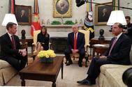 El presidente Trump presenta en la Casa Blanca su postura sobre la regulación de la venta de cigarrillos electrónicos junto al Comisario de la FDA, Norman Sharpless; la primera dama, Melania Trump y el secretario de Salud, Alex Azar.