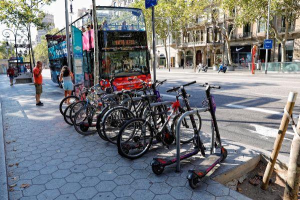 <HIT>SANTI</HIT> COGOLLUDO 25.08.2019 Barcelona, Catalunya <HIT>Patinetes</HIT> electricos de alquilerapracados y ocupando el espacio publico en el Paseo de Gracia.