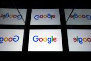 Reflejos de una tableta con el logo de Google.