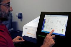 Un científico trabaja con un secuenciador de genoma, este jueves en el laboratorio de Listeriosis del Centro Nacional de Microbiología.